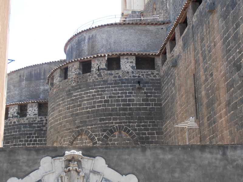 Le absidi medievali viste dal cortile dell'arcivescovado