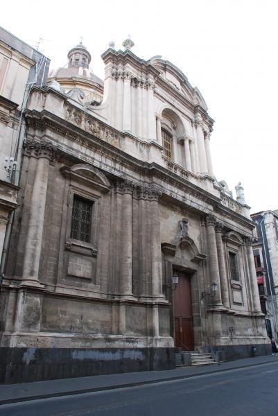 La facciata della Chiesa di San Michele ai Minoriti lungo via Etnea