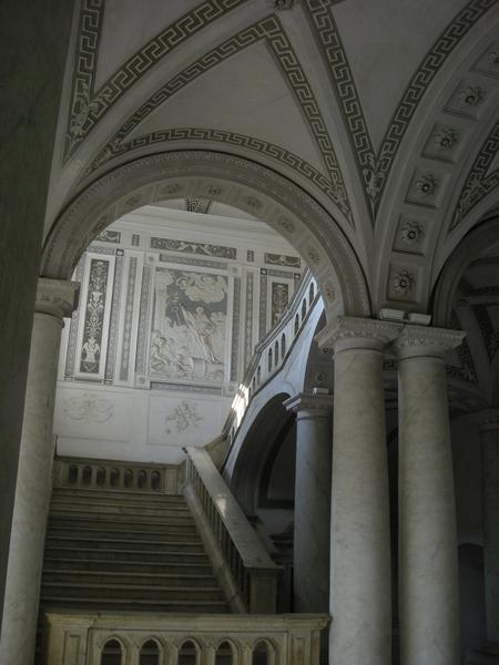 Un dettaglio della scalinata monumentale all'ingresso