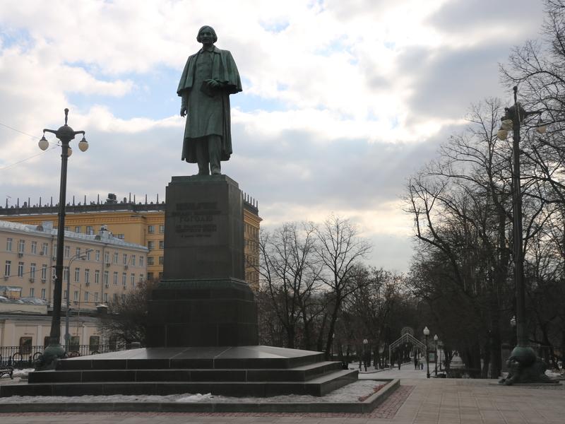 Памятник гоголю на арбатской площади в москве фото памятники на кладбище фото цена